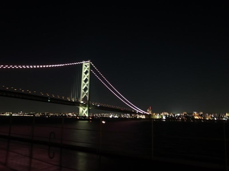 橋を渡る、越える。