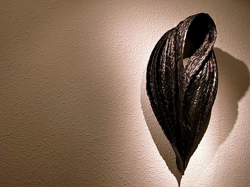 壁に黒いオブジェ。