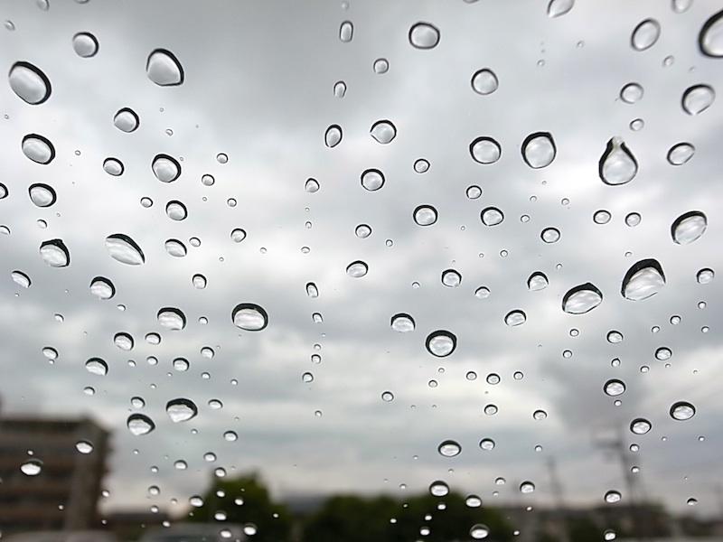 屋根の雨粒。