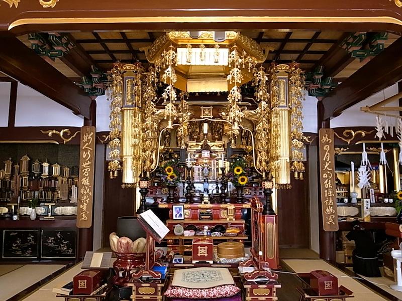 金色の本堂。