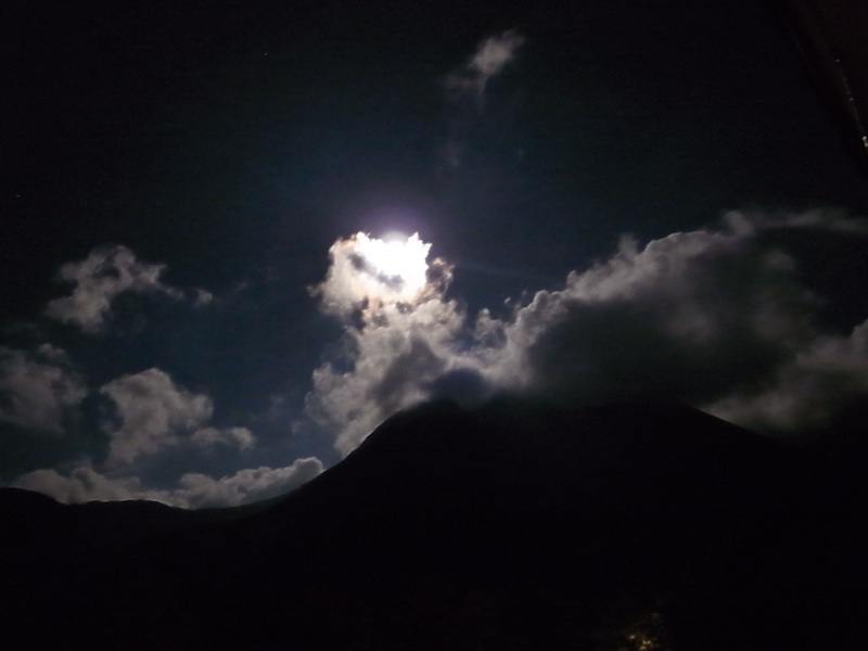 月にかかる雲。