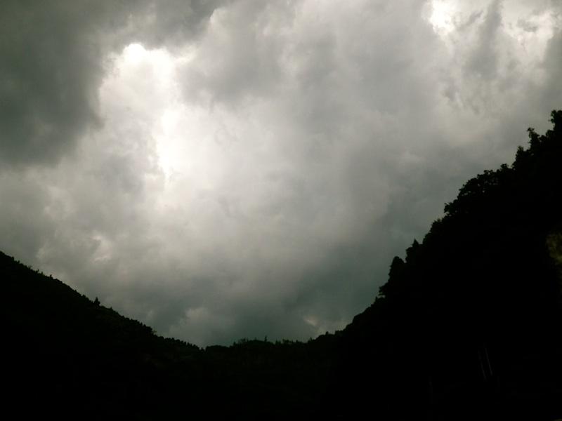 一転空はかき曇り。