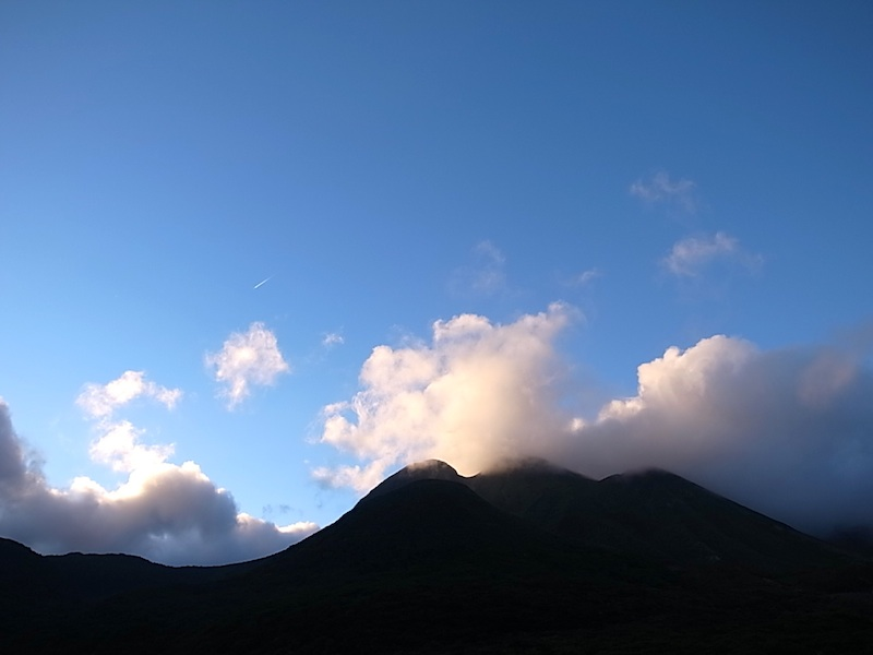 日の出の三俣山。