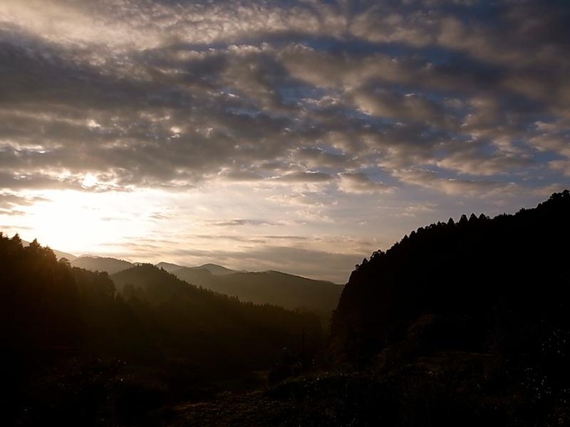 山の向こうに朝陽。
