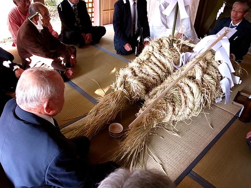 鯛を模した藁御輿。