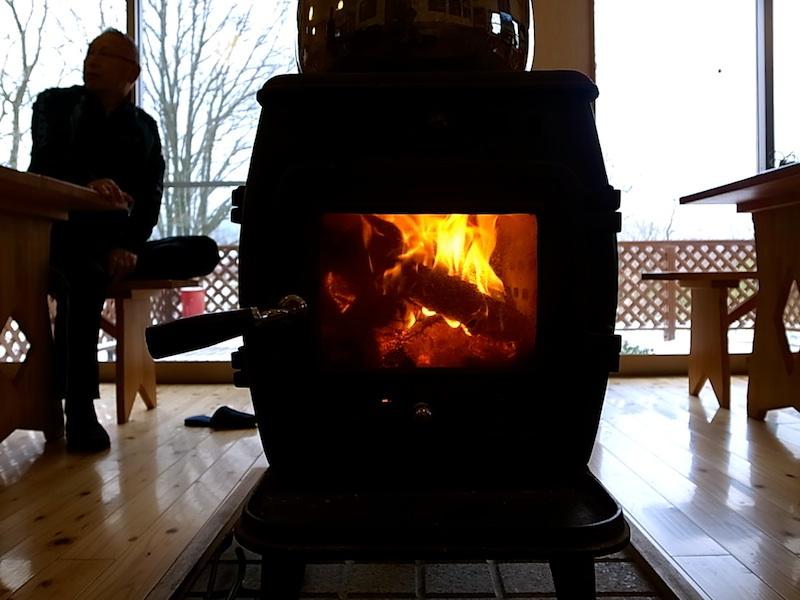 薪ストーブに火が入る。