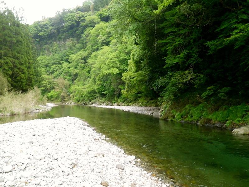 流れ、河原、山。