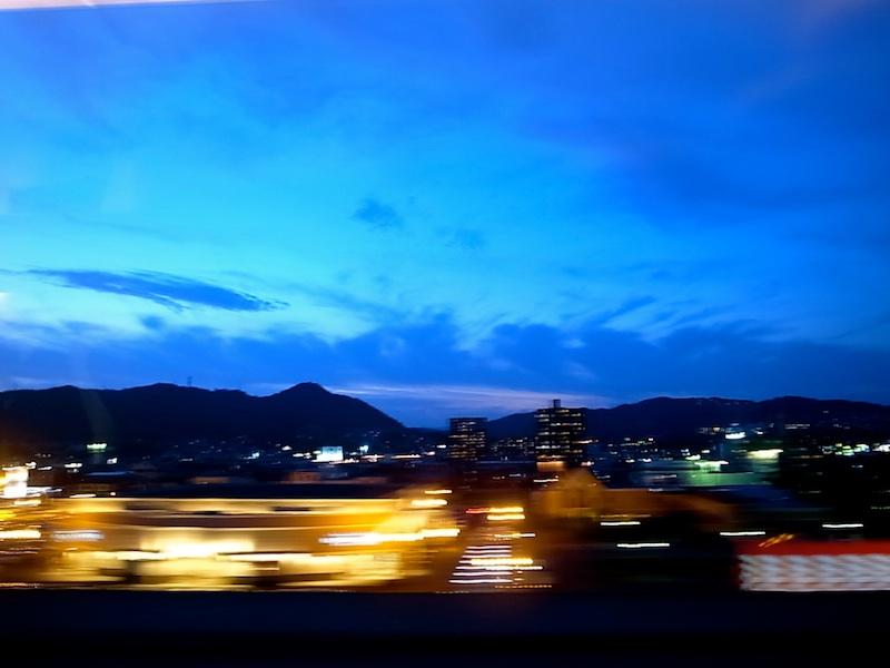 夕闇の車窓。