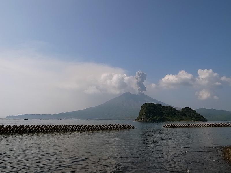 噴火する桜島。