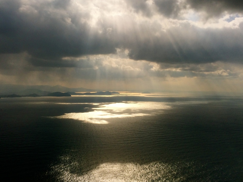 博多湾上空。