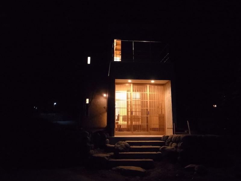 夜は静かで暗い。