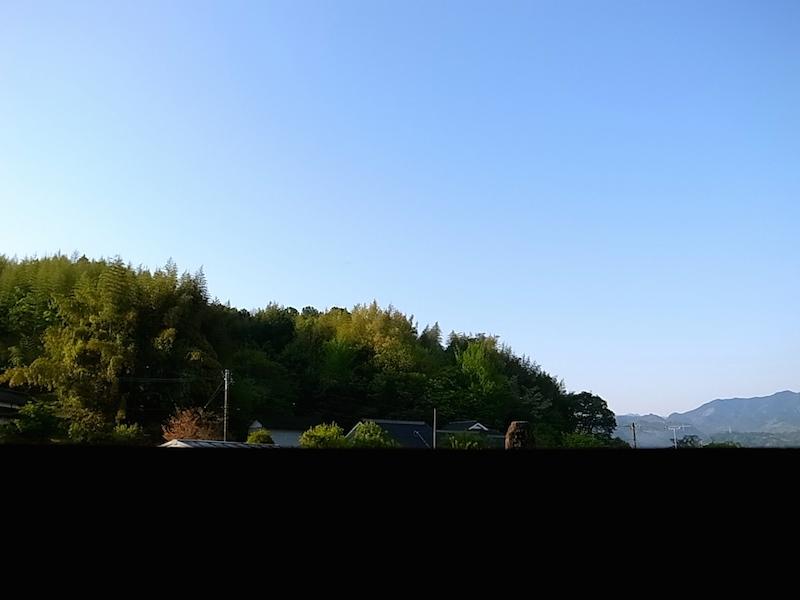 裏山と青空。
